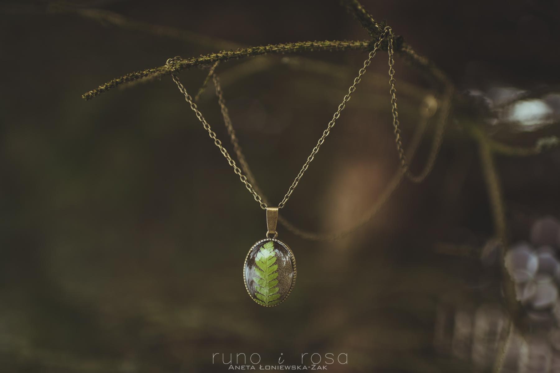 biżuteria handmade, biżuteria z roślinami, biżuteria z żywicy, runo i rosa, wisiorek z paprotką