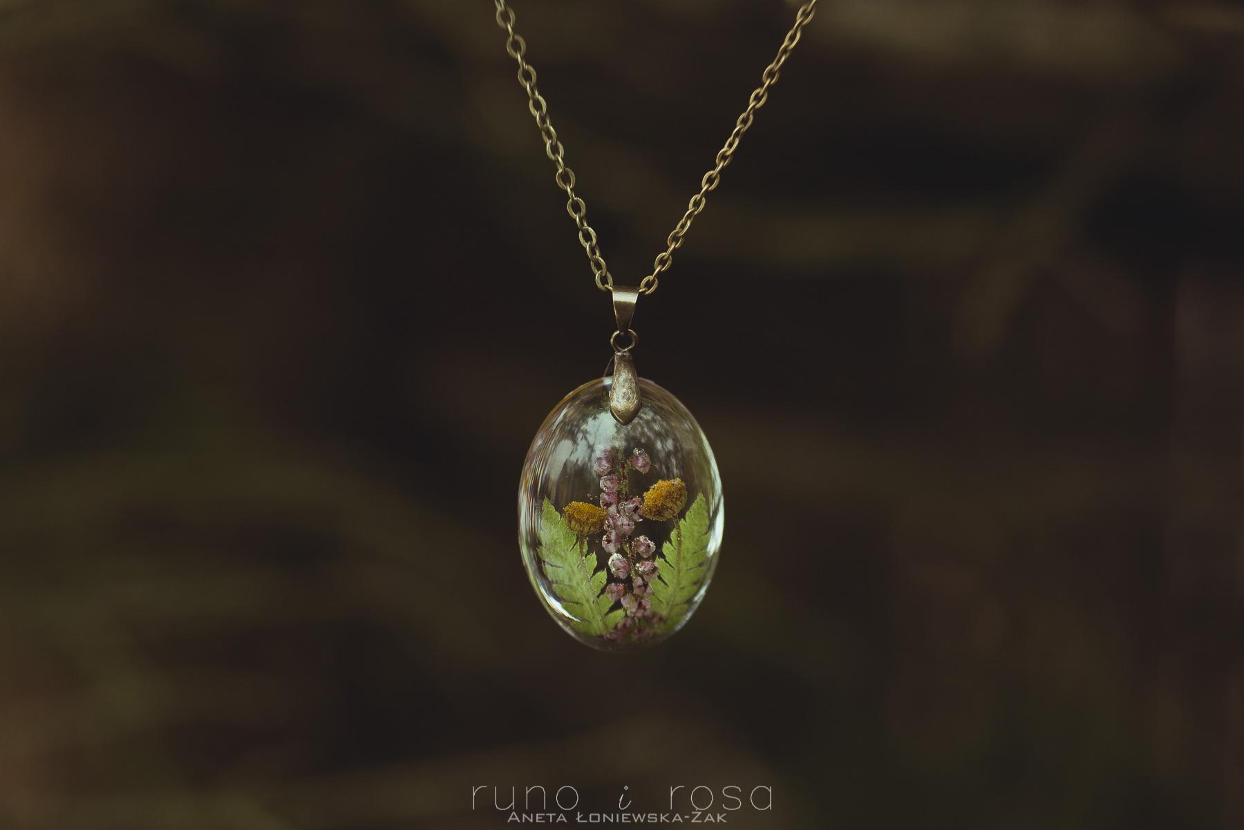 biżuteria handmade, biżuteria z roślinami, biżuteria z żywicy, runo i rosa